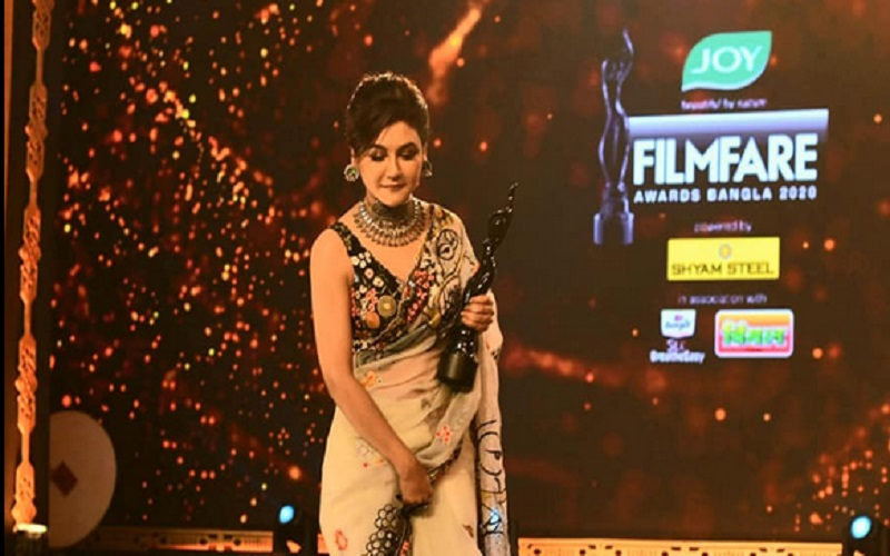 Iconic Jaya Ahsan won the 4th Joy Filmfare Awards